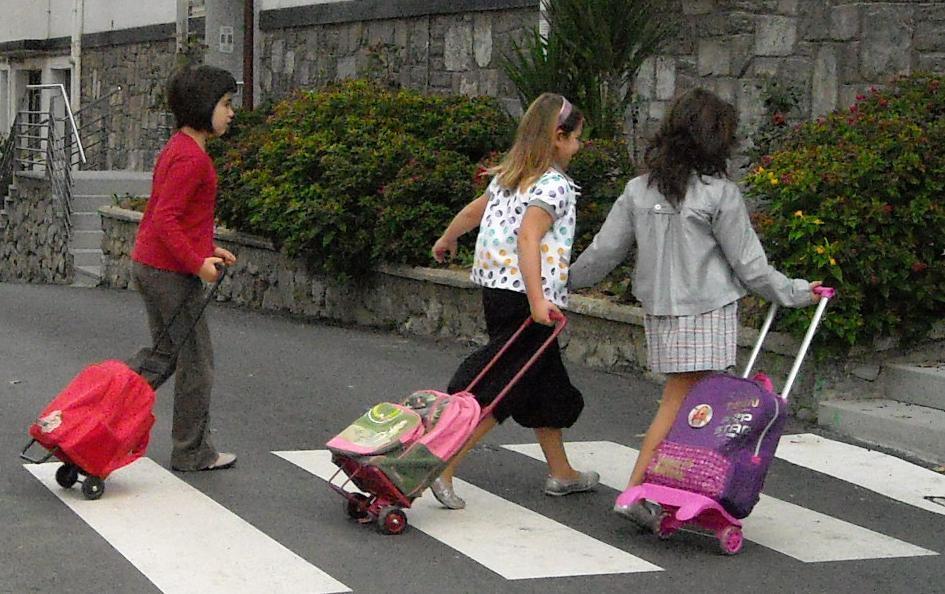 Resultado de imagen de niñas escolares camino del colegio